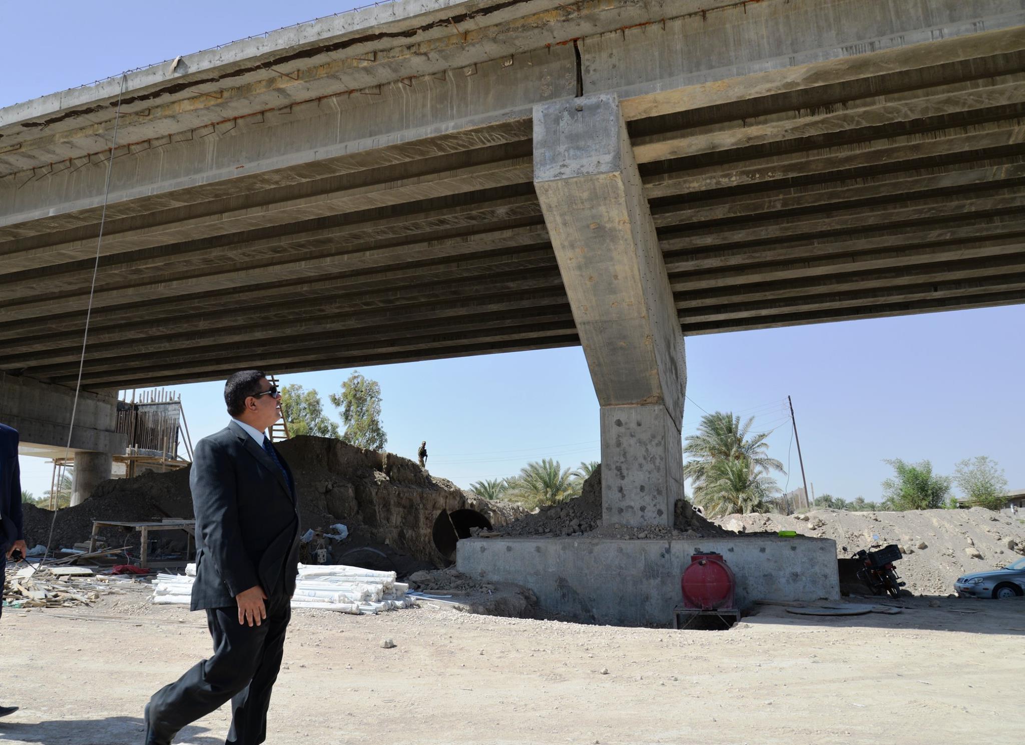 محافظ المثنى يتفقد مراحل العمل في مشروع جسر شمال السماوة