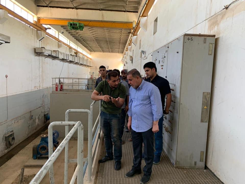محافظ المثنى يزور مشروع ماء الرميثة و الخزانات الارضية في حي النصر (الجربوعية ) ويوجه بتكثيف الجهود لايصال ماء الاسالة الى مناطق المحافظة وزيادة ساعات الضخ