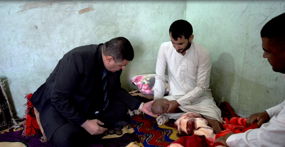 محافظ المثنى يزور منزل المقاتل الجريح ( حسن جبار حسون البركي ) ويخصص له قطعة ارض سكنية